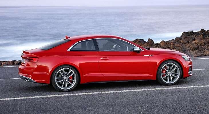 боковой вид Audi a5 на дорге
