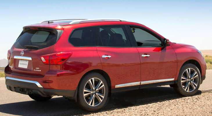 Nissan Pathfinder в красном цвете