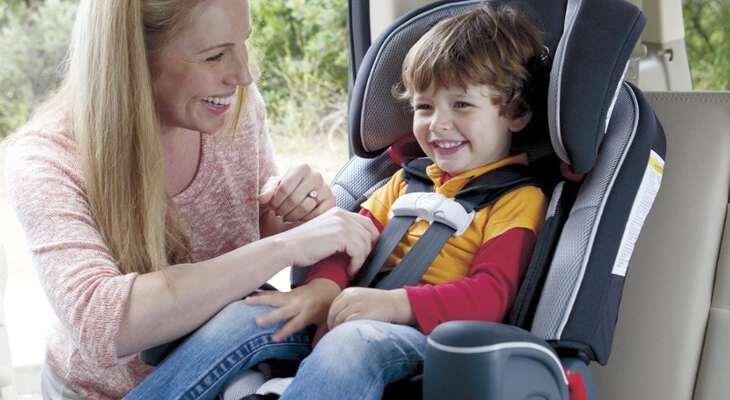 ребенка перевозят в машине