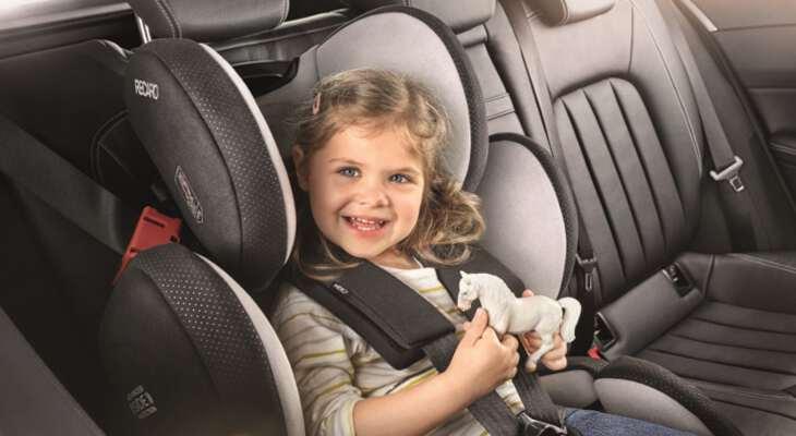 ребенок сидит в автокресле