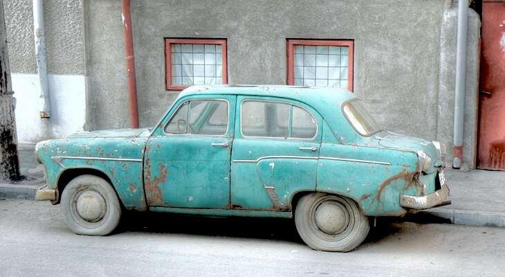 старая машина в городе